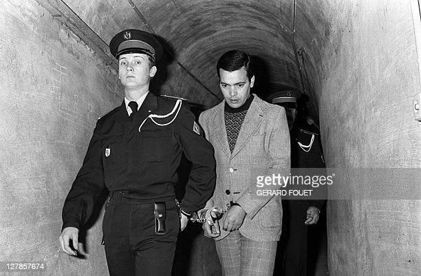 Photo d'archive prise le 24 février 1977 du Tunisien Hamida Djandoubi 28 ans arrivant menotté à son procès par un tunnel relié à la prison...