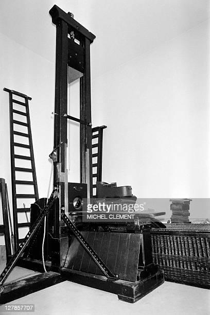 Photo d'archive prise le 8 octobre 1981 d'une guillotine à la prison de Fresnes près de Paris La peine de mort fut définitivement abolie en France le...