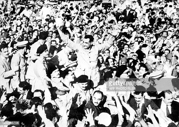Photo d'archives datée du 29 octobre 1956 du Colonel Gamal AbdelNasser accueilli par une foule enthousiaste au Caire lors de son retour d'Alexandrie...