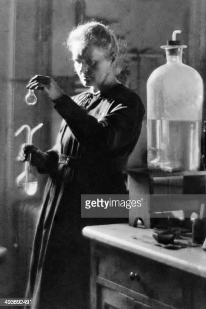 Photo datant de 1925 du Professeur Marie Curie en train de travailler dans le laboratoire de l'université à Paris Marie Curie et son mari le...