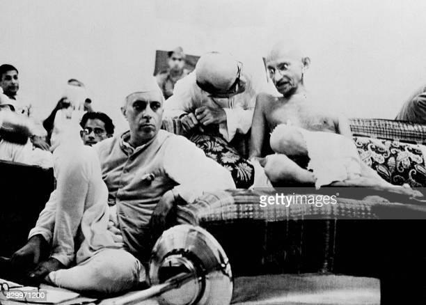 Photo datant du 9 août 1942 du Mahatma Mohandas Karamchand Gandhi et de Jawaharlal Nehru lors d'un meeting du Parti du Congrès à Bombay après...