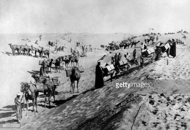 Photo datée des années 1860 de fellah egyptiens sur un chantier du canal de Suez en Egypte / AFP /