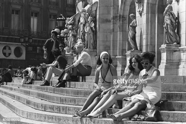 photo datée du 04 août 1972 de touristes assis sur les marche de l'Opéra Garnier à Paris AFP PHOTO / AFP PHOTO /