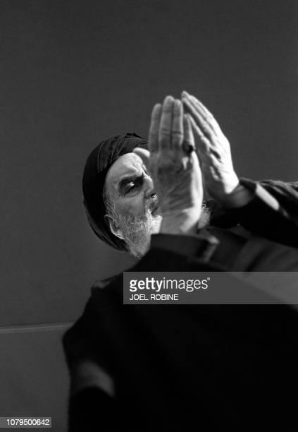 Photo datée du 11 decembre 1978 de l'ayatollah Khomeiny priant à Neauphle-Le-Château, quelques semaines avant son retour triomphal en Iran. Ayatollah...
