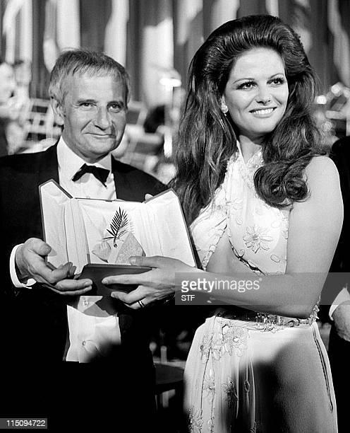 Photo datée du 24 mai 1969 de l'actrice italienne Claudia Cardinale née le 15 avril 1939 remettant le Grand Prix du festival de Cannes au réalisateur...