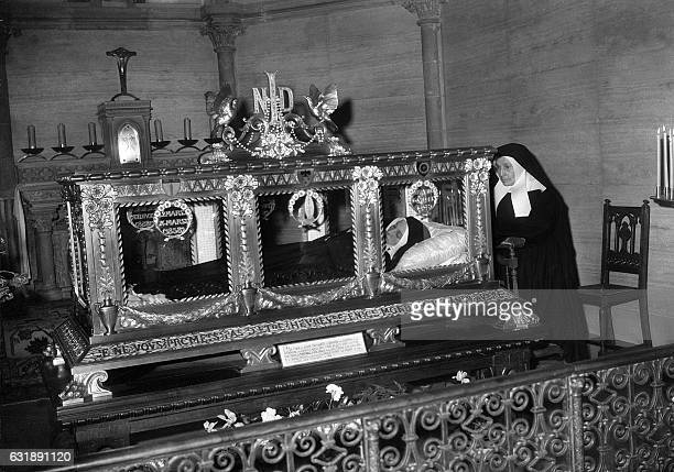 Photo datée du 8 février 1958 de sainte Bernadette veillée par soeur Maria Alphonse Crapart qui fut pendant 25 ans mère supérieure du couvent Saint...