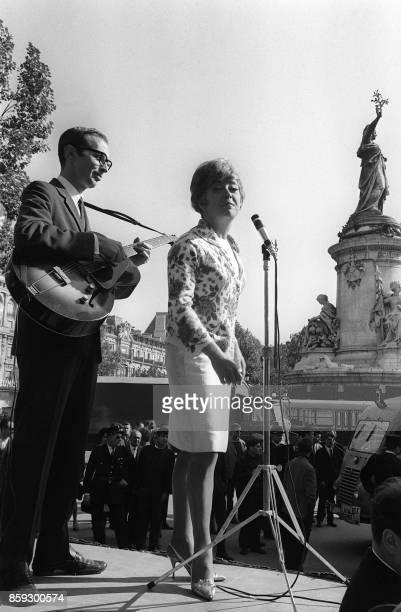 Photo datée le 11 octobre 1965 de la chanteuse acrobate et artiste française Mick Micheyl qui répète Place de la République pour un concert qui aura...
