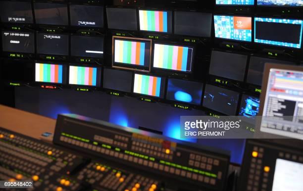 Photo d'écrans de contrôle prise dans une régie d'un studio d'Euro Média Group le 22 novembre 2010 à la PLaine SaintDenis Le premier prestataire...