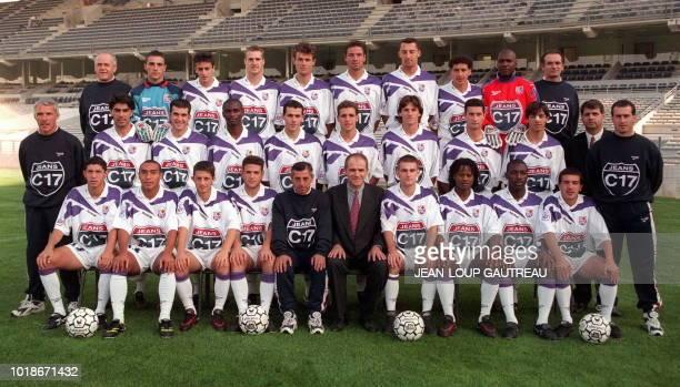 Photo de famille de l'équipe de football TOULOUSE FC pour la saison 9798 Rang du haut Jacky Teulières Teddy Richert Laurent Gouazé Laurent Strzelczak...