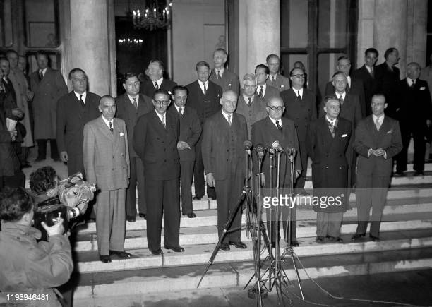 """Photo de famille du cabinet Schuman, dit de """"Troisième Force"""" regroupant la SFIO , le MRP et les radicaux, constitué à Paris le 24 novembre 1947..."""