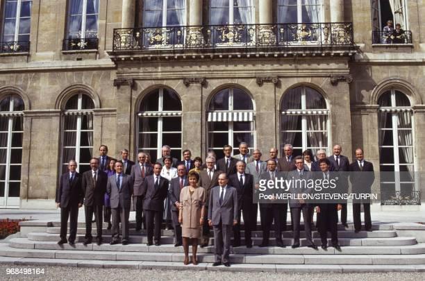 Photo de famille du gouvernement d'Edith Cresson avec le président François Mitterrand le 17 mai 1991 à Paris France