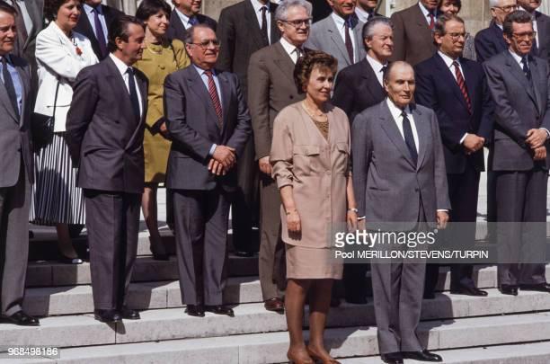 Photo de famille du gouvernement d'Edith Cresson avec notamment Pierre Bérégovoy Lionel Jospin Roland Dumas et le président François Mitterrand le 17...