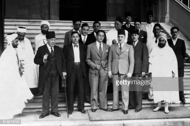 Photo de famille prise vers la fin des années 1930 devant le ministère des Finances à Paris de la délégation algérienne comprenant Tayyib alUqbi un...