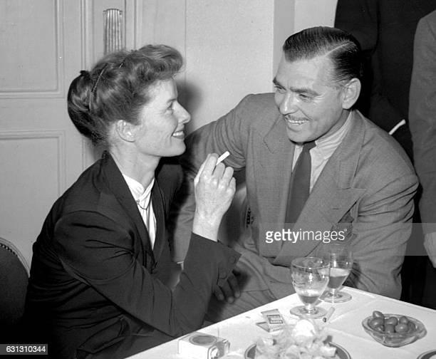 Photo de l'actrice américaine Katharine Hepburn en compagnie de l'acteur Clark Gable datant des années 1940 Fille d'un chirurgien et d'une dirigeante...