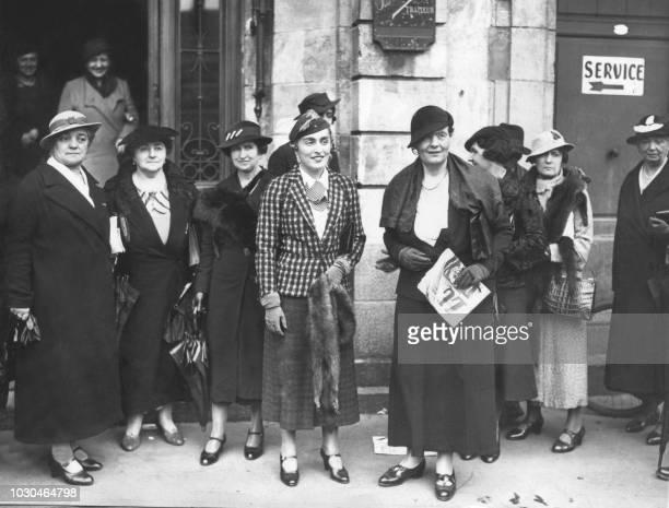 Photo de Louise Weiss en compagnie d'un groupe de militantes pour le droit de vote des femmes à la sortie d'un entretien accordé par Edouard Herriot...