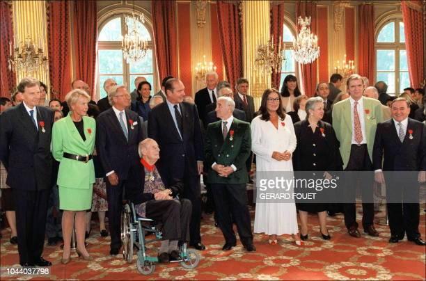 photo des personnalités du monde de l'art et de la communication décorées par le président Jacques Chirac le 11 septembre dans les salons de l'Elysée...