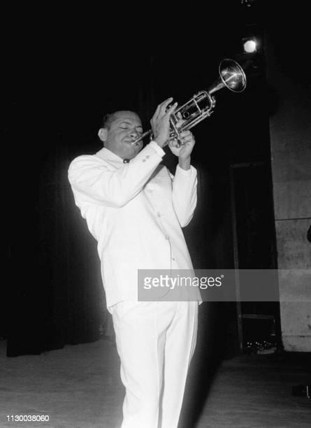 Photo du chanteur Henri Salvador prise le 11 mai 1960 lors d'un tour de chant au théâtre de l'Alhambra à Paris
