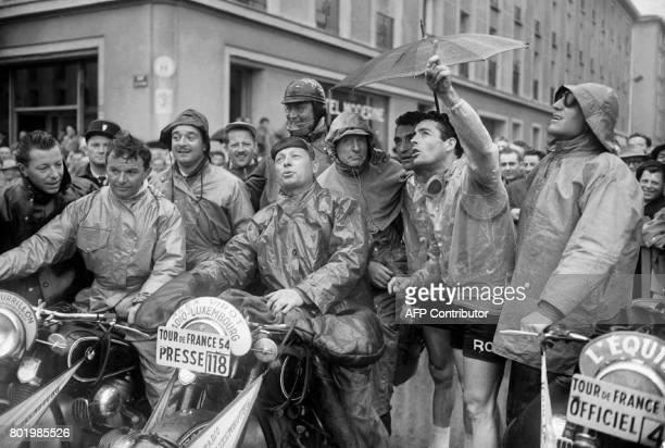 Photo d'un rassemblement des motards de presse prise en 1954 lors du Tour de France cycliste AFP PHOTO / AFP PHOTO /