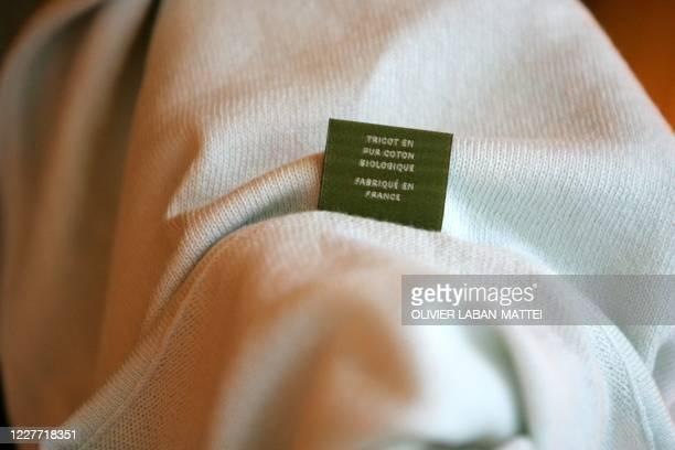 """Photo d'une l'étiquette d'un vêtement de la collection d'Hervé Guetin et Stéphane Martin, créateurs des pulls biologiques de la marque """"Seyes"""", le 29..."""