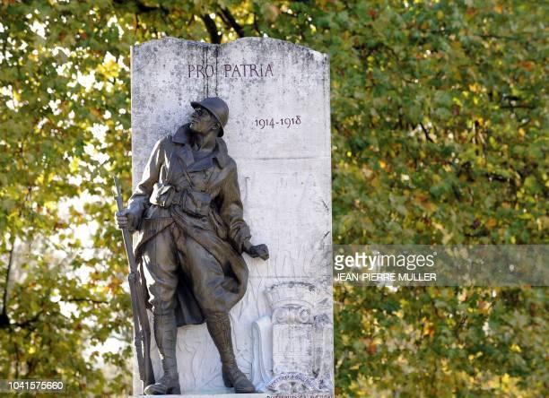 Photo d'une statue de bronze représentant un soldat de la première guerre mondiale prise le 5 novembre 2009 devant le monument au morts de Jonzac Ces...