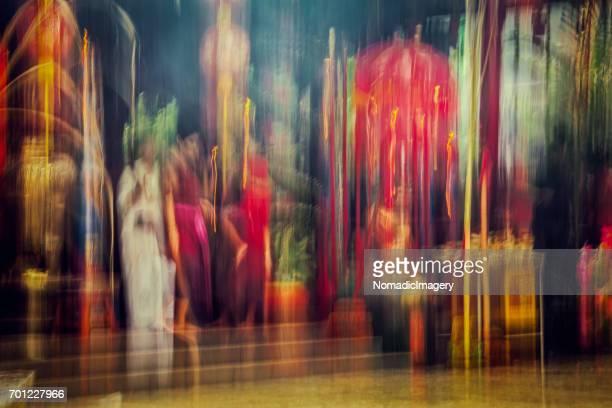 photo effect at chinese new year buddhist temple - inclinando se - fotografias e filmes do acervo