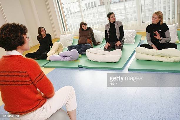 Photo Essay At The Maternity Of Saint Vincent De Paul Hospital Lille France Antenatal Class With A Midwife