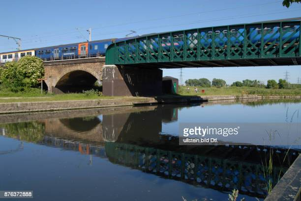 UK THE STANSTED EXPRESS TRAIN CROSSING THE LEA CANAL IN EAST LONDON Photo © Julio Etchart CDREF00519