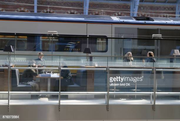UK PASSENGERS AT A BAR IN THE DEPARTURE LOUNGE OF THE ST PANCRAS EUROSTAR TRAIN TERMINAL IN KINGS CROSS LONDON Photo © Julio Etchart CDREF00682