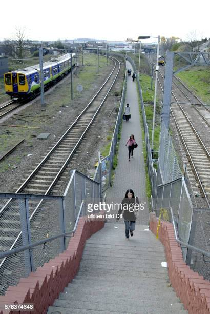 UK PASSENGERS IN WILLESDEN JUNCTION LONDON Photo © Julio Etchart CDREF00682