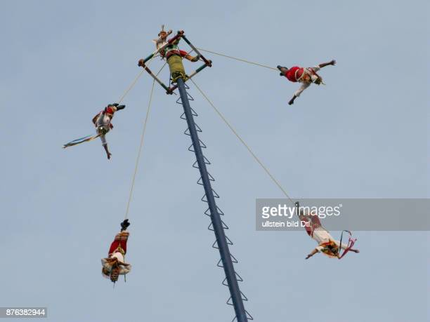 MEXICO THE FAMOUS VOLADORES FLYING ACROBATS AT PAPANTLA Photo Julio Etchart CDREF00682