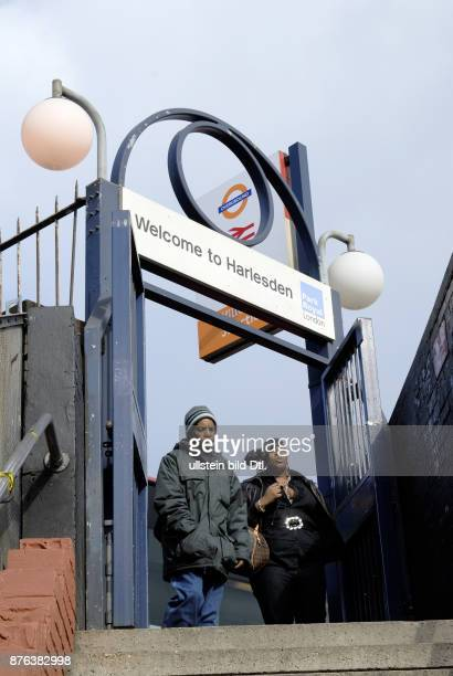 UK LOCAL RESIDENTS ON WAY TO STATION IN WILLESDEN JUNCTION LONDON Photo © Julio Etchart CDREF00682