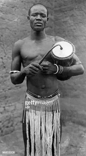 Photo non datée d'un joueur de djembe en Afrique occidentale française L'Afrique occidentale française était une fédération groupant entre 1895 à...
