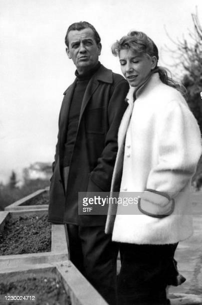 Photo non datée prise à Glion sur Montreux en Suisse de Marcel Pagnol et son épouse Jacqueline. Ecrivain, homme de théâtre et cinéaste, Marcel...