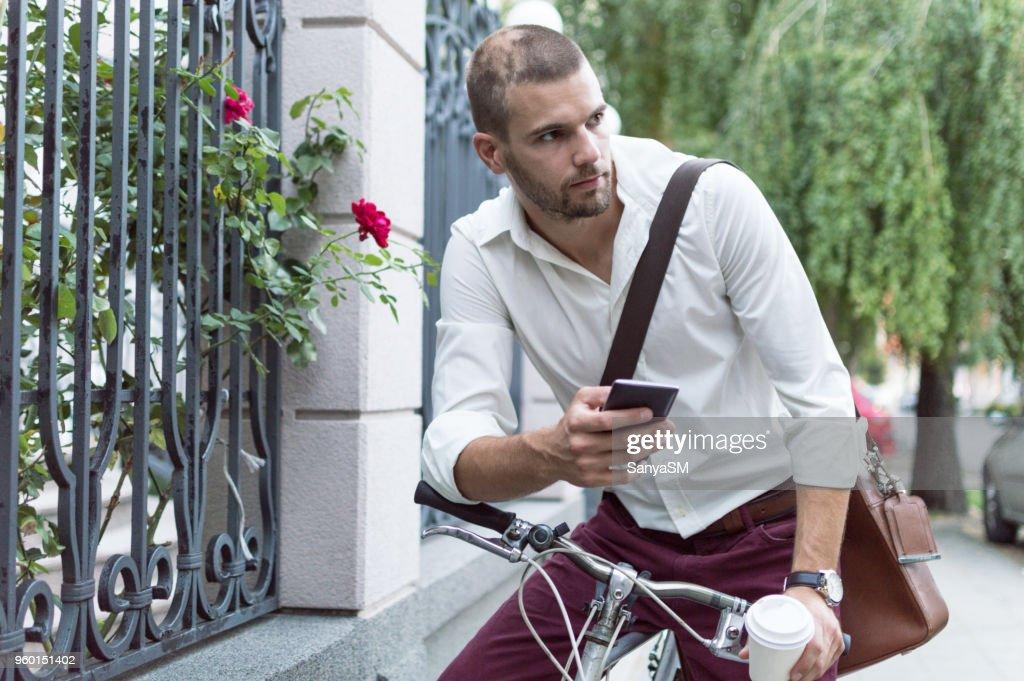 Foto von Geschäftsmann sprechen auf Mobiltelefon : Stock-Foto