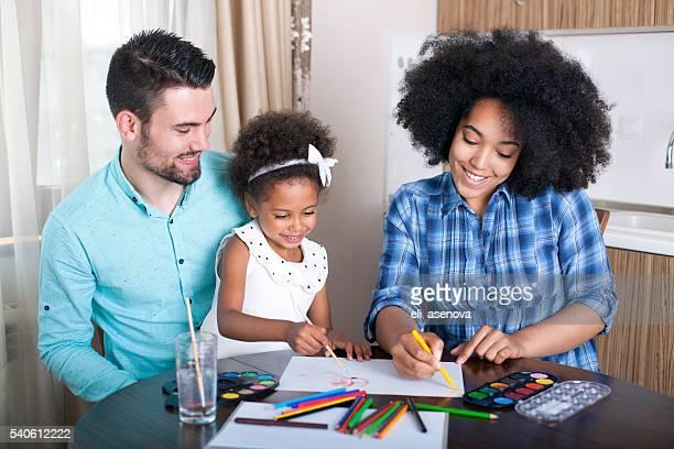 Photos d'une famille heureuse avec colorsn paiting eau