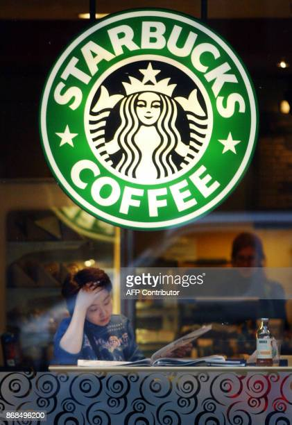 Photo of a Starbucks coffee shop taken in London 15 January 2003 / AFP PHOTO / ADRIAN DENNIS