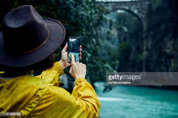 foto de uma mulher que usa o telefone esperto - filtro de pós produção automática - fotografias e filmes do acervo