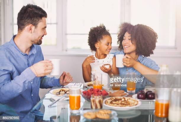 foto de um jovem família feliz com café-da-manhã - café da manhã - fotografias e filmes do acervo