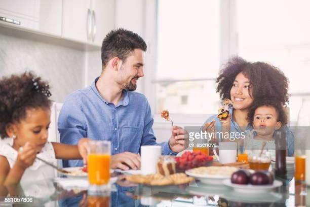 foto de um jovem família feliz com café-da-manhã - almoço - fotografias e filmes do acervo