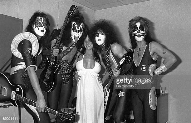 Photo of Ace FREHLEY and Peter CRISS and Paul STANLEY and Linda LOVELACE and KISS and Gene SIMMONS, with Linda Lovelace - L-R: Ace Frehley, Gene...