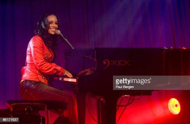 Photo of Alicia KEYS Alicia Keys performing on stage at the Panama showcase playing piano