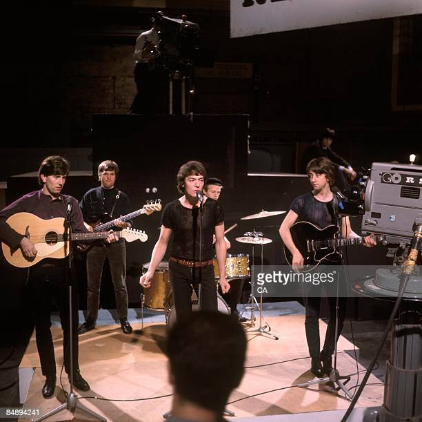 Photo of Allan CLARKE and HOLLIES and Tony HICKS and Graham NASH and Eric HAYDOCK and Bobby ELLIOTT Graham Nash playing Fender Palomino acoustic...