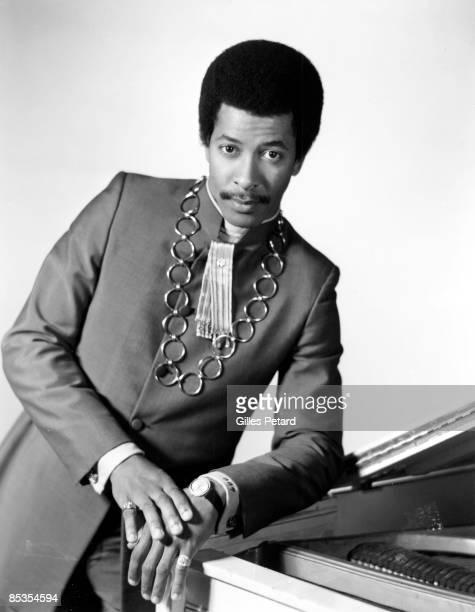 Photo of Allen TOUSSAINT Posed portrait of Allen Toussaint piano