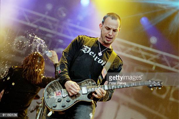 FESTIVAL Photo of ALTER BRIDGE Alter Bridge Pinkpop Landgraaf Nederland 04 juni 2006 Pop grunge rock de gitarist speelt een solo op zijn gitaar heen...