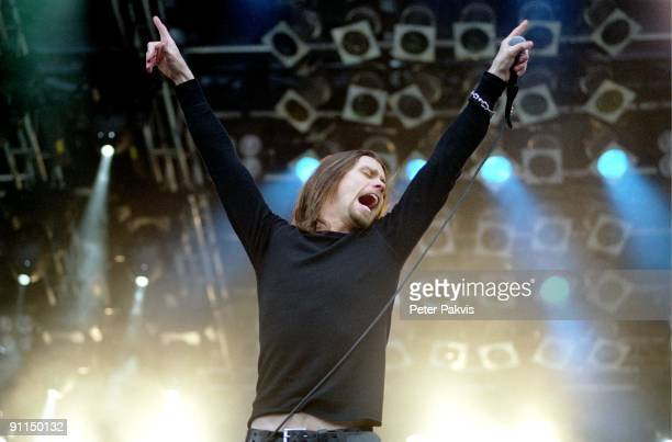 FESTIVAL Photo of ALTER BRIDGE Alter Bridge Pinkpop Landgraaf Nederland 04 juni 2006 Pop grunge rock de zanger staat met wijd gesperde armen op het...