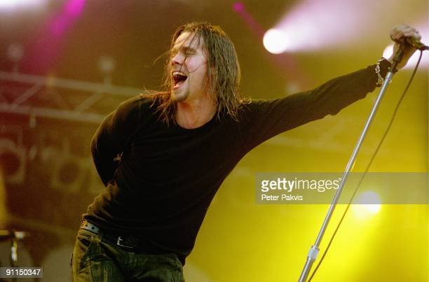 FESTIVAL Photo of ALTER BRIDGE Alter Bridge Pinkpop Landgraaf Nederland 04 juni 2006 Pop grunge rock de zanger met zijn lange natte haren schreeuwt...
