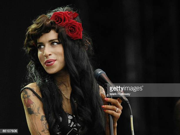 FESTIVAL Photo of Amy WINEHOUSE Amy Winehouse performing on stage