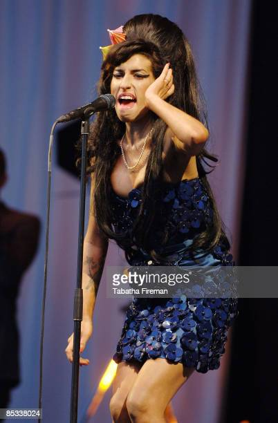 FESTIVAL Photo of Amy WINEHOUSE Amy Winehouse performing on the Pyramid Stage