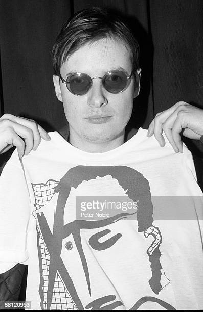Photo of Andy PARTRIDGE and XTC Portrait of Andy Partridge holding up t shirt