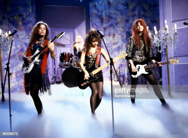 Photo of BANGLES and Vicki PETERSON and Susanna HOFFS and Michelle STEELE and Debbie PETERSON LR Vicki Peterson Debbie Peterson Susanna Hoffs and...